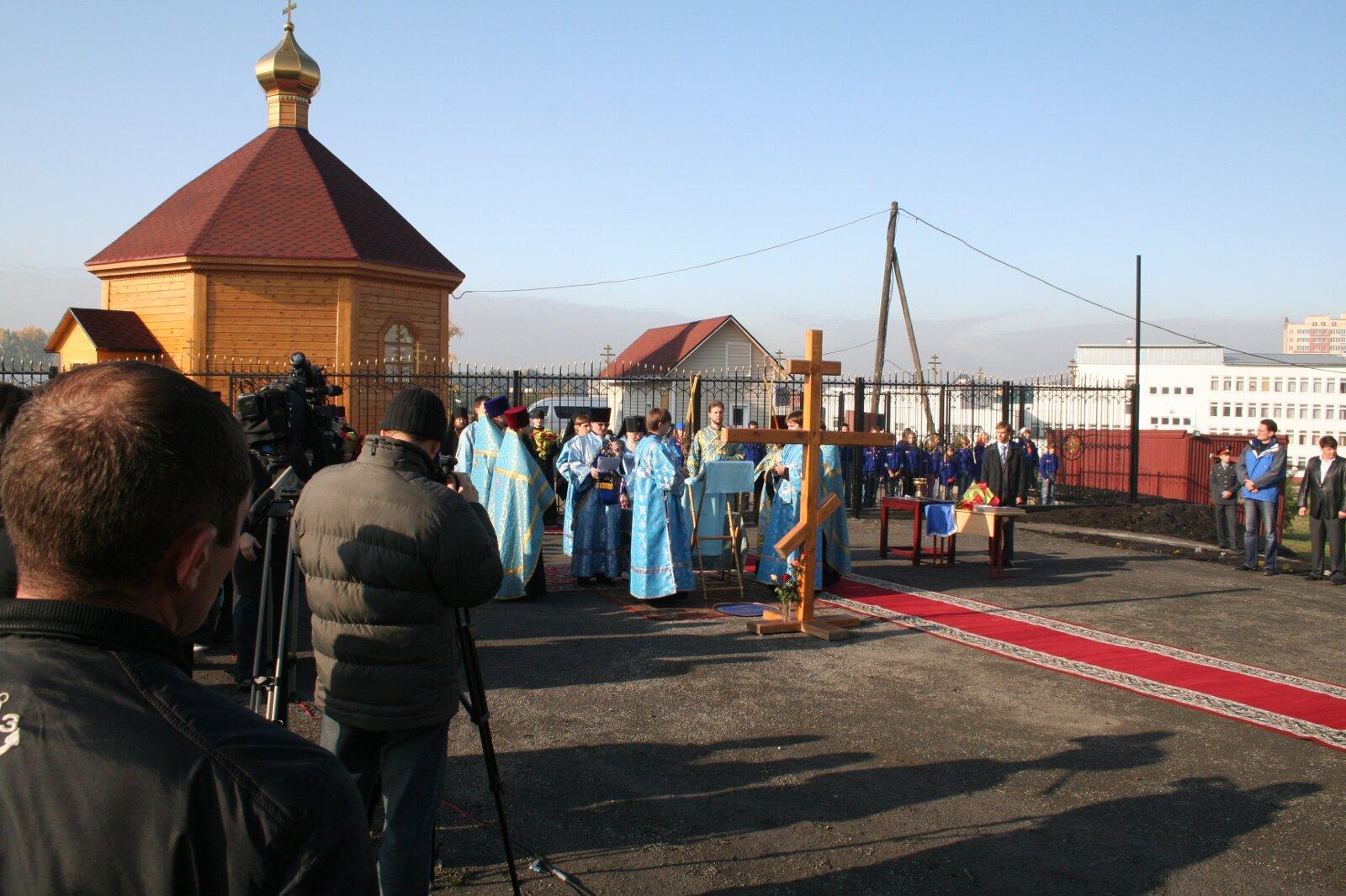 Молебен на площадке перед храмом