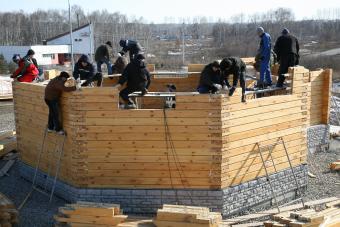 Совместная работа строителей и добровольцев