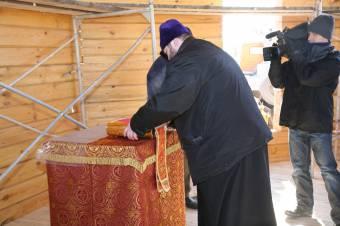 Престол и Евангелие в алтарной части храма
